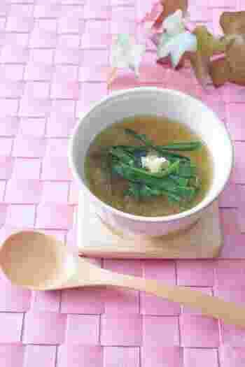 滋養強壮に効果のあるニラと消化を促進する大根を使った、体に優しいスープ。大根はおろしてから入れるので、食欲がないときでも噛む必要がなく、さっぱりといただけます。しょうがの擦りおろしをプラスして、全身ぽかぽかに。
