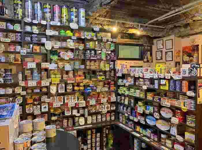 """大阪に本店を構える「mr.kanso(ミスターカンソ)」は、""""缶詰とお酒が楽しめるお店""""をテーマにした飲食バー。都内には、ここ上野御徒町店を含め5店舗あります。国内、海外から取り寄せた缶詰は300種類あり、なかにはここでしか出合えないオリジナルの缶詰も。"""