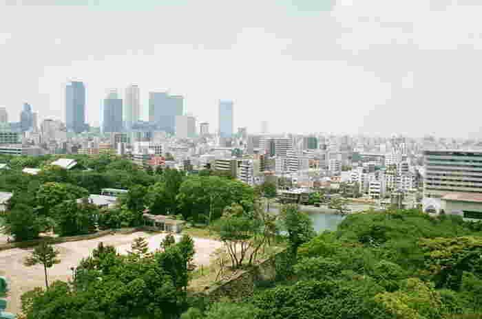 愛知県西部に位置する名古屋市は、日本三大都市の1つに数えられる街。歴史的建造物やショッピングスポット、水族館など見所盛りだくさんで、地元の人に愛される人気カフェやおいしいレストランなどグルメも充実しています。