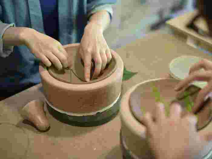 葉っぱの模様は、たからの窯の庭で摘み取ったものを押し型したもの。世界たった一つの器を作ることが出来ます。ソースパンや、蚊取り豚など器以外の制作体験をすることも出来るそうですよ!
