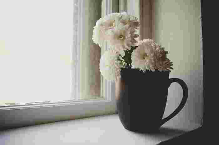 お花があると、なんだか丁寧な暮らしを送っている気がしませんか?テーブルの上にちょこんと置くと、それだけで心に余裕が生まれてくるようです。  これから迎える梅雨は、気分がどんよりしがち。ひとの心は人間関係だけでなく、意外にも置かれている環境に左右されてしまうのです。梅雨だって毎日明るく過ごしたいですよね。そんな時は、お花のある暮らしがオススメです♪
