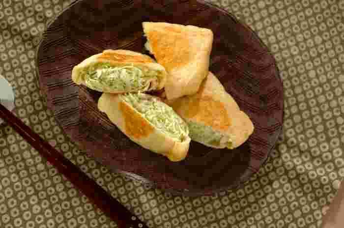 最後はこちらの「キャベツ巾着」。マヨネーズと塩コショウで和えた千切りのキャベツを、油揚げに詰めて焼き色がつくまで焼きます。お酒のおつまみにもオススメですよ。
