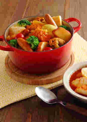 サツマイモ、ブロッコリー、はんぺん、鶏手羽元、魚河岸あげ、ウインナーなどが入った、野菜ジュースの旨味がきいたスープカレーおでん。彩りもよくスパイシーなおでんは、冬の夜の食卓をあたたかく彩ってくれそう。