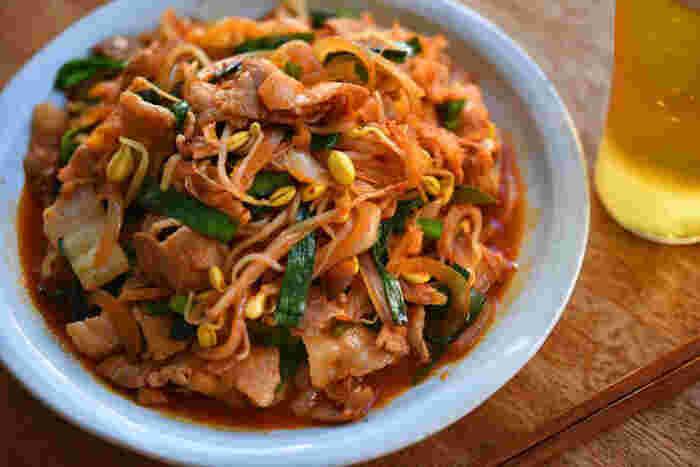 そのままで焼肉のお供に、スープ仕立てにしてキムチチゲに…とさまざまな使い方を楽しめるキムチ。こちらは豚バラ肉、ニラ、もやしなどと炒め合わせた「豚キムチ」。肉と野菜を炒める段階で醤油を加え、下味をつけてからキムチを入れることで味が決まり、ご飯がモリモリすすむメインのおかずに。