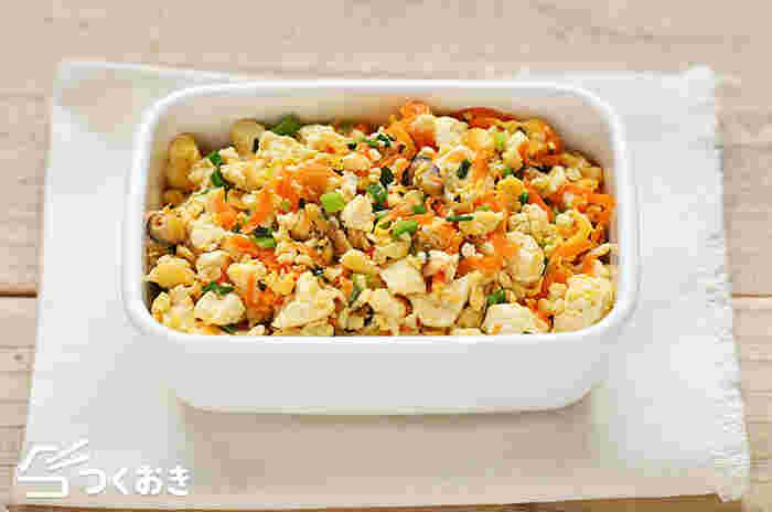 〈冷蔵保存:4日〉 こちらは水切りした木綿豆腐に、人参・干しシイタケ・小ネギを加えて炒めた彩り豊かな「炒り豆腐」。豆腐とお野菜を組み合わせた定番の和風おかずは、ヘルシー&栄養豊富で女性に嬉しい一品です。レシピでは美味しく作るための下ごしらえのポイントや、炒め方のポイントも紹介されていますので、ぜひ参考にしてみてくださいね。