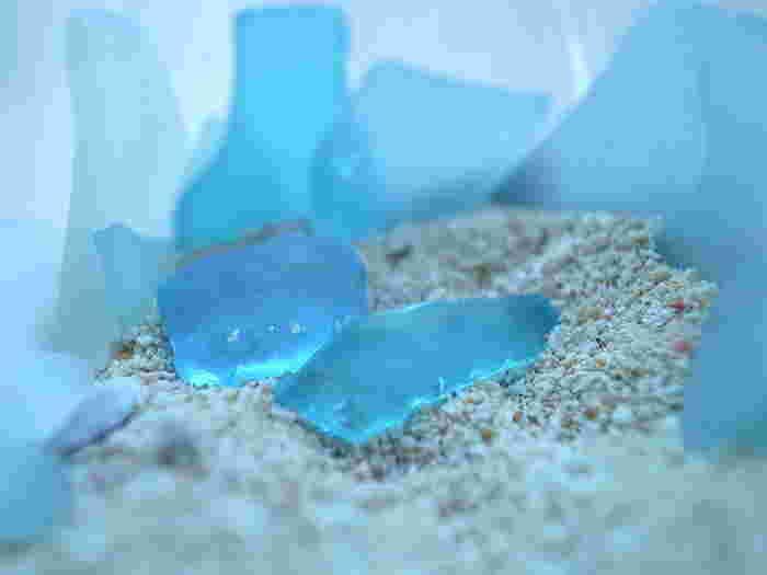 どこかで捨てられたガラス瓶が長いあいだ波に揉まれることによって、ガラス片の角が取れ、だんだん丸みを帯びてきます。また、透明感もなくなり曇りガラスのようななんともいえない風合いに!いま、このシーグラスを使ってハンドメイド作品を作る人が増えているんです。