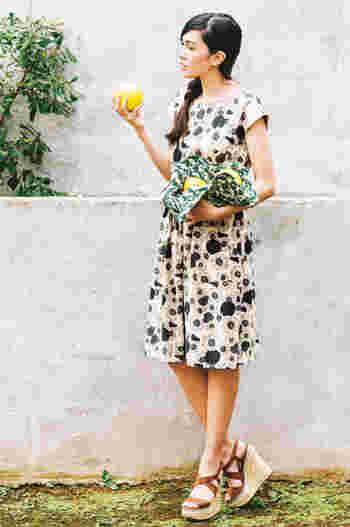 バングラディッシュで作られた、フラワープリントのワンピース。コレクションテーマであるオアシスの花をイメージしたテキスタイルデザインが印象的。両サイドにポケットがあったり裏地がついていたりと、デザインだけでなく着る人のことを考えてつくられた1枚です。