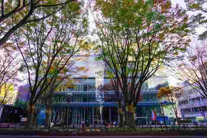 地下鉄勾当台公園駅から徒歩6分、ガラスで輝く大きな建物が【せんだいメディアテーク】。建築家・伊東豊雄の代表的な建築物として、海外からもたくさんの人が訪れます。