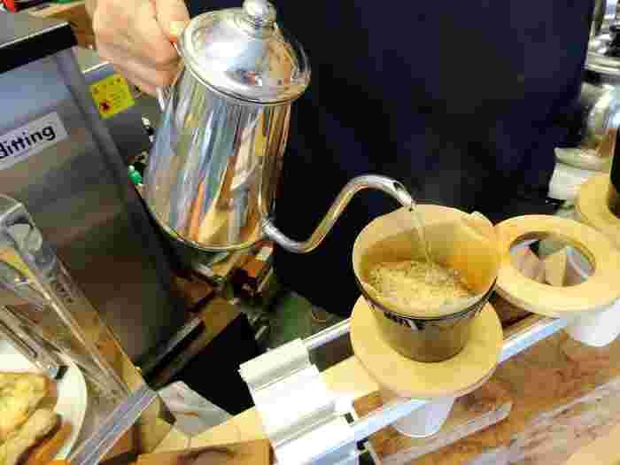注文を受けると、手際よく淹れてくれるコーヒーはすっきりと飲みやすいと評判です。週末には行列ができることも。