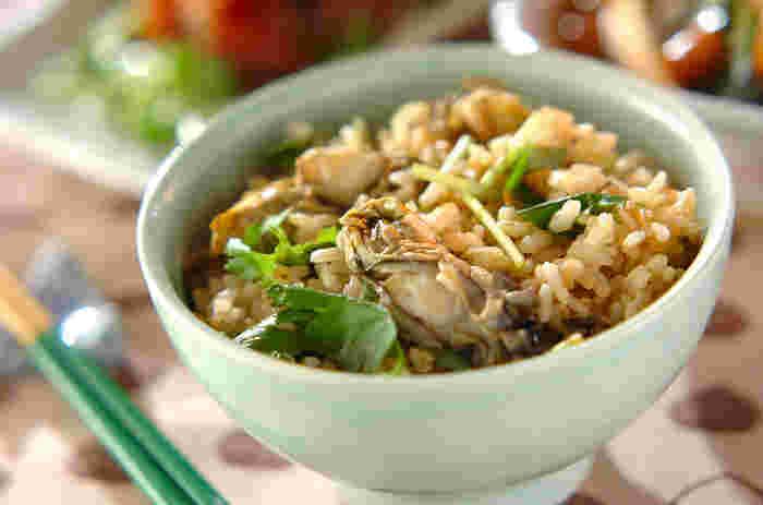 牡蠣にお酒を加えて火を通します。その煮汁を加えて生姜ご飯を炊き上げ、牡蠣をのせて10分ほど蒸らします。蒸らすことで、牡蠣もふっくら。牡蠣のジューシーさがしみ込んだご飯もあとを引きます。