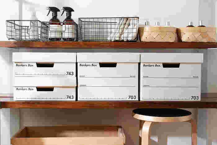 収納スペースを清潔感のある白に統一したいという方には、もはや定番と言っても過言ではないバンカーズボックス。もともとはその名の通り、銀行で大量の書類を保管するために使われていました。段ボールとは思えないくらいの頑丈さと、どこに置いても馴染むシンプルなデザインで、幅広い愛用者を集め続けている人気アイテムです。