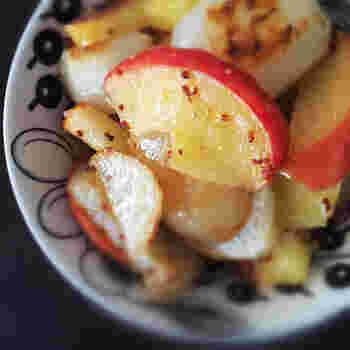 リンゴとかぶをアーモンドオイルで焼いて、シンプルに味付けをします。マスタードが効いて美味しそうなサラダですね。