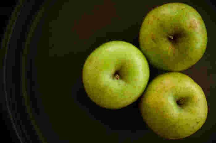 10月下旬~11月上旬が収穫期の「王林」は、黄緑色の皮と独特の良い香りが特徴です。 酸味が強いほど美味しいリンゴ酒になるので、甘みが少ない王林はりんご酒に適しています。酸味が弱いと感じる場合には、レモンやクエン酸を加えると良いでしょう。