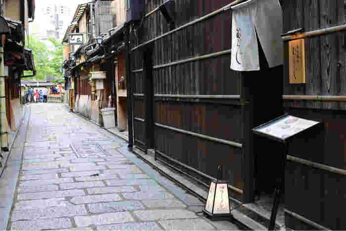 祇園白川にかかる石畳の橋「巽橋(たつみばし)」から四条通へ通じる、切り通し沿いにあります。 舞妓さん・芸妓さんの通う「辰巳神社」もすぐ近く。  京都ならではの空気感に酔いしれながら、のれんをくぐって2階へ。