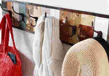 帽子やバッグを掛けたり、ドライフラワーなどを吊るしてもサマになります。このウォールフックがあるだけで、壁面をおしゃれに見せてくれます。