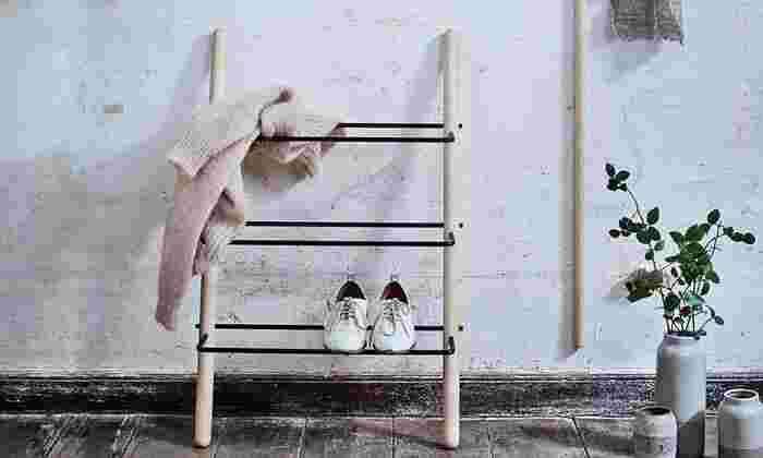 木製と金属の組み合わせがかっこいいラック。6〜8足の靴が収納できます。置くだけでおしゃれに見えるのが嬉しい♪風通しが良いので靴に湿気がこもりにくいのもgood!ラックのサイズは幅55.5cm×高さ88.5cmです。