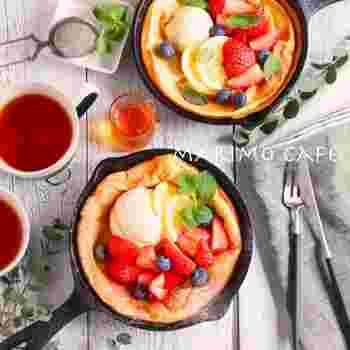 定番のパンケーキとはちょっと違う、外はカリっと、中はモチモチという食感のダッチベイビー。  このように贅沢なトッピングにこだわらなければ、生地自体は混ぜて焼くだけで、簡単につくれますよ。  フルーツをちょっと用意して、フレッシュな酸味と一緒にどうぞ♪ 朝から幸せな気分になれそうです。