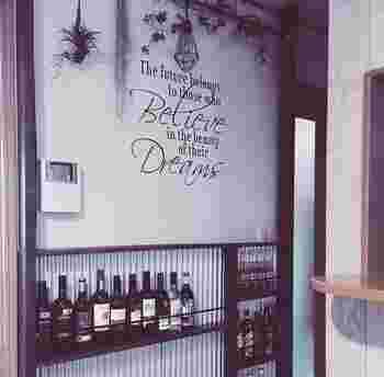 """キッチンやリビングの一角にこんな収納があるととてもおしゃれですね!家主が好きなお酒をディスプレイして、カフェのような収納が完成しています。ディアウォールは""""ちょっとのすきま""""をうまく活用することができるんですね。"""
