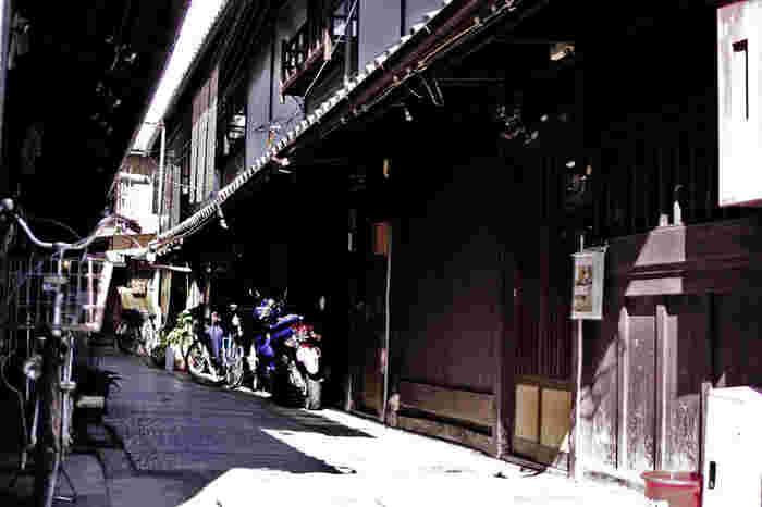 西陣織で有名な、京都の西陣。最寄駅は京福電鉄「北野白梅町駅」や京都市営地下鉄「丸太町駅」など、広いエリアです。伝統的な町家と、現代の建物が並んでいて、京都ならではの風景が広がっています。