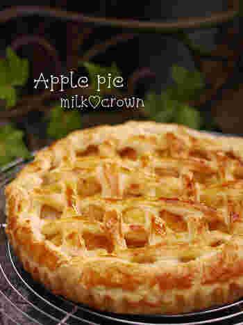 おすすめしたいのが、とってもシンプルな材料(りんご・砂糖・バター・洋酒・卵・パイシート)で作れる、こちらのアップルパイレシピ。  Step1~3の全工程が写真付きで詳しく解説されているので、お菓子作りに慣れていない方でも安心です♪
