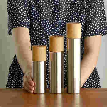 木工轆轤(ろくろ)のブランド「MokuNeji(モクネジ)」と、新潟県燕市のステンレス魔法瓶メーカー「SUS gallery(サスギャラリー)」の高品質な魔法瓶がコラボ。けやきの木のコップがついたステンレスボトルです。ろくろで挽いたコップは見た目の美しさだけでなく、手触りや唇へのあたりが滑らかです。