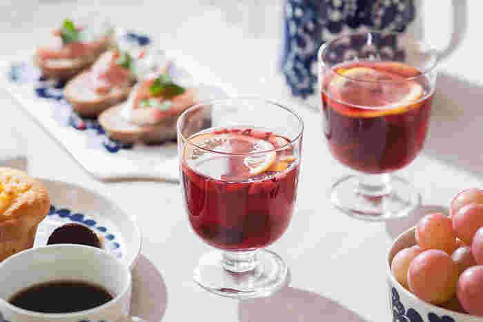 何気ない食卓も、グラスを変えてみるだけでグッとオシャレな雰囲気に変わります。特別なグラスにジュースを注いであげたら、お子さんも喜んでくれるはず。脚付きのグラスなら安定感もあるので、小さなお子さんでも安心して使えます。