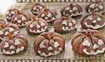 ハロウィンシーズンを盛り上げてくれる季節のかぼちゃ料理、いかがでしたか?どれも彩り華やかで楽しい食卓が目に浮かびますよね。ホームパーティーを開く時には焼き料理を作ったり、お呼ばれされた時にはお菓子やパンを作っていったり、ぜひシーンに合わせてかぼちゃレシピを楽しんでみてくださいね。