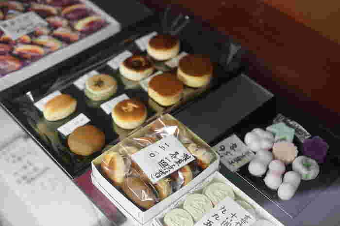 ほんのり甘い、和風のホットケーキのようなしっとりフワフワの生地に包まれたあんこは甘すぎず、上品なお味。毎日何個でも食べられそうです。