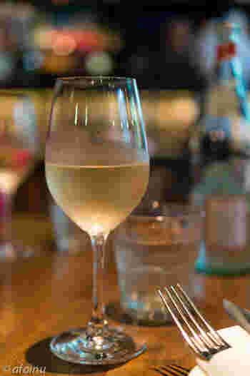 コンフィはワインやスパークリングワインとの相性抜群!ホームパーティーやおもてなしに出せば、喜ばれること間違いなしのコンフィ。今回は基本の調理法と色々なコンフィレシピをご紹介したいと思います。