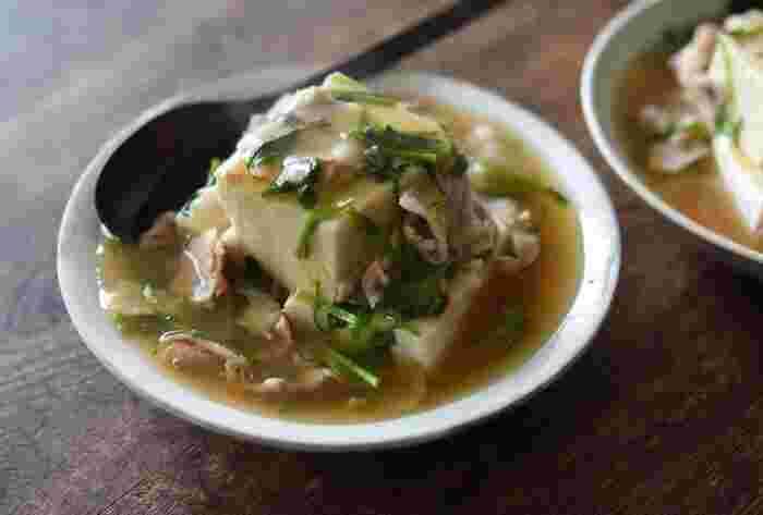 大きめにカットしして湯通しした木綿豆腐に、青菜と豚肉のあんかけをたっぷりかけて冷めにくく。あんにはすりおろした生姜汁も加えているので、体もぽかぽかになりますよ。