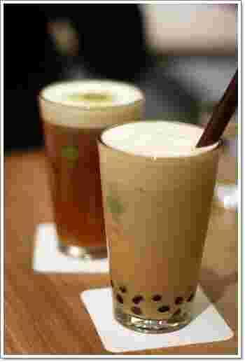 """世界中にお店を展開する台湾茶カフェ『彩茶房』。台湾で人気のスイーツやドリンクがいただけます。岩塩をトッピングしたチーズクリームの甘じょっぱさが広がる""""チーズティーシリーズ""""は、3種類のお茶から選べます。"""