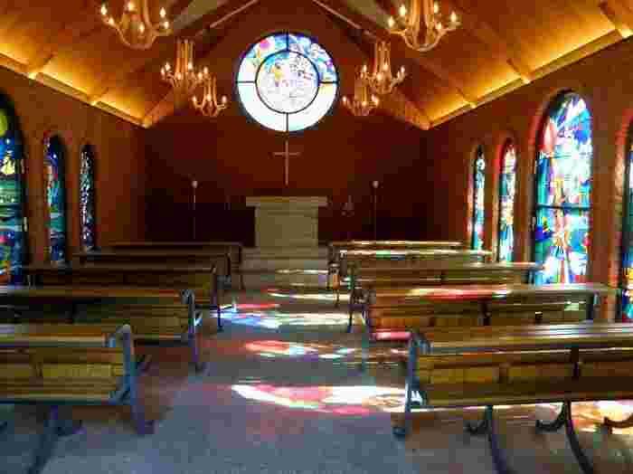美術館の中の教会なので小じんまりしていますが、その分ステンドグラスの光がとっても綺麗。