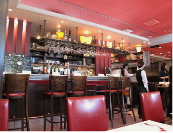 パリを感じさせるレストラン。カウンター席とテーブルがあります。