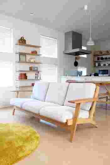 ソファはお部屋の印象を決める大型家具。色選びは重要です。  限られた空間を広く見せたいなら、白やアイボリー、ベージュなど明るめの色合いを。さらに床が見える脚付きタイプがおすすめです。