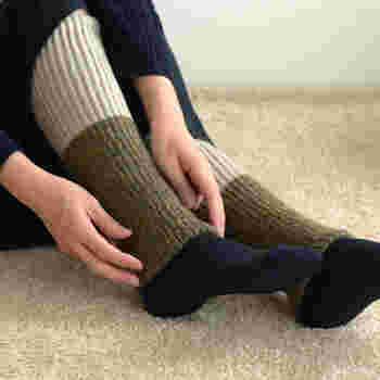 足元の防寒として靴下用のカイロがとても便利。 貼ったりはがしたりできるので、寒くなったときに靴下を重ね履きしなくても貼るだけでOK!歩いている途中でも調節が楽チンです。また、ワンピースなどスカートの装いには、タイツの上からレッグウォーマーを重ねると温かいですよ。