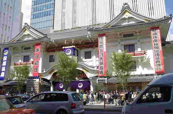 バスの中から、歌舞伎座や銀座の街並みを見学します。