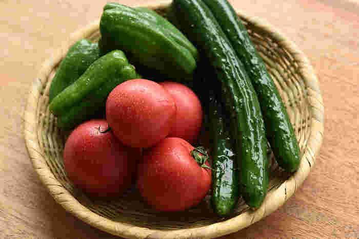 """どれも手軽に手に入る、身近な「夏野菜」。濃いグリーンにアカ――つやつやとした鮮やかな見た目は元気をくれそうですよね。夏野菜には、夏バテなど暑い季節ならではの""""体の不調""""を和らげてくれる栄養も含まれているのだとか。"""