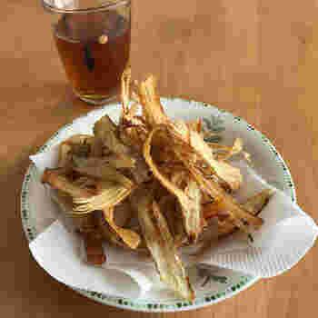 根菜といえば、ごぼうも外せません!ごぼうをピーラーで薄くスライスしますが、栄養のある皮を取り過ぎないのがポイントです。