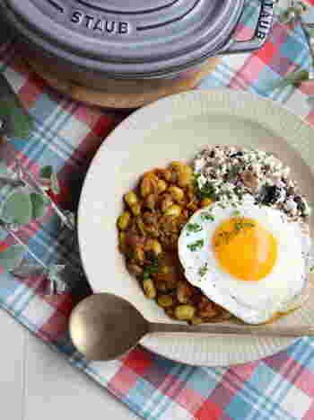水切りした豆腐&雑穀で作る雑穀豆腐そぼろごはんは、ヘルシーで栄養満点。そこにきのこなどの野菜を入れて、ドライカレーを作ります。低糖質で低カロリーなのに、お腹は大満足!