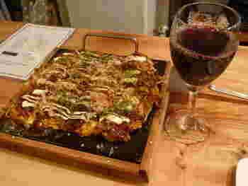 おしゃれなのは、店内だけじゃありませんよ。お好み焼きも、正方形の鉄板で登場、飲み物はワイン。『花』にはワインセラーも完備されているんです。
