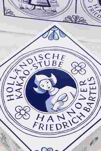 「ホレンディッシェ・カカオシュトゥーベ」は美味しい!だけど、それだけで人気なわけじゃないんです。なんといってもこのパッケージ。シンプルだけど上品でキレイ。年代問わず好まれる、そんなパッケージです。