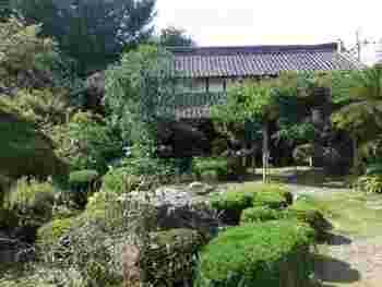 「きたもとアトリエハウス」は、埼玉県北本自然観察公園を抜けたところにある、古民家を改装したスペースにあり、畑なども隣接している、広大な敷地の中に存在します。