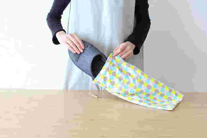 子どもの学校に行く時、スリッパを持参する機会ってありませんか?ゴム底の簡単なシューズをスリッパ代わりに使っている人も多いでしょう。そんな時に、すっきり入れられてコンパクトに畳める薄手の巾着があると便利です。何かと慌ただしい学校行事も楽しみになりますね。
