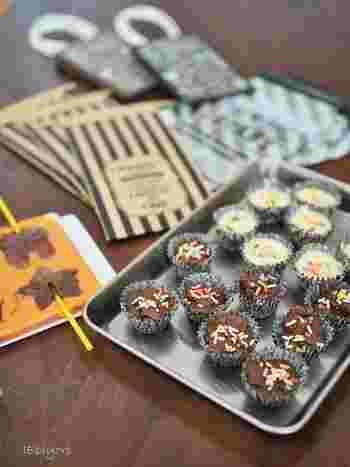 小さめのチョコレートやキャラメルをたくさん作った時は、小分けにできるミニ袋がおすすめです。中身が一緒でも、デザインのバリエーションを増やして、ラッピングを楽しみましょう♪