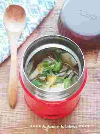 スープジャーで保温調理するので、野菜等もさっと沸騰させるだけでOK。ネギは食べる直前に入れるのがおすすめですが、面倒な方は先に入れておいても◎。