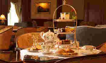 イギリスの邸宅を彷彿とさせる豪華な内装の店内には、落ち着いた空間が広がっています。使われている食器類もウェッジウッドなどの洗練されたものばかりで、カフェの高級感を引き立てています。