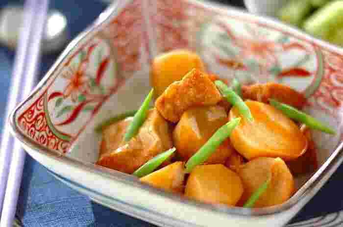 大根と同じく、里芋も煮物と相性がいい野菜のひとつです。さやいんげんを添えることで、ほくほくとした里芋の食感とのコントラストを楽しめます。茶色っぽくなりがちな煮物料理に、彩りをプラスできるのも◎ ごま油とショウガを使用することで、食欲をそそる風味豊かな煮物に仕上げています。