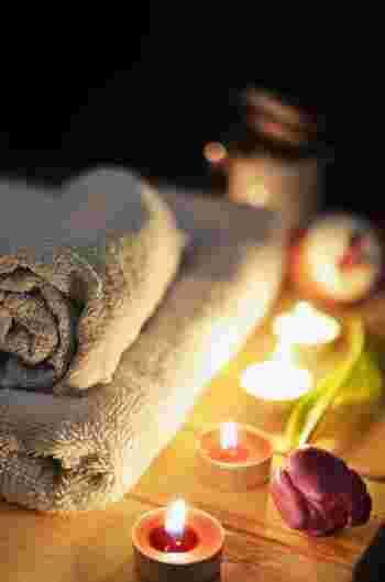 少しぬるめのお湯にゆったりと浸かって、一日の疲れを癒しましょう。好きな香りのアロマキャンドルと一緒に入浴すると、リラックス効果が高まります。