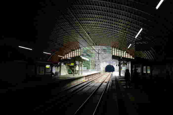 兵庫県尼崎駅と京都府福知山駅沿線の武田尾駅は、長尾山麓のトンネルの中にある無人駅です。大阪方面へ直通する路線であるため電車の本数は多いものの、武田尾駅の利用客は少なく、平日はひっそりとした雰囲気を漂わせています。
