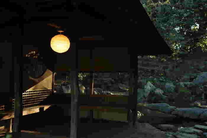 庭園内の吹上茶屋で、お茶を頂くこともできます。ほっと一息つきながら贅沢な景色を見ることができます。抹茶セットは和菓子がつきます。
